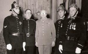 Chefe Simão e Chefe Barros (Condecoração em 20 de Outubro de 1954)