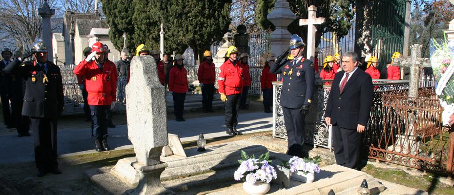 Homenagem aos Bombeiros falecidos no cemitério de S. Dinis.