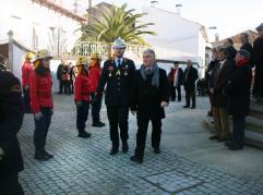Apresentação de cumprimentos na praça do município.