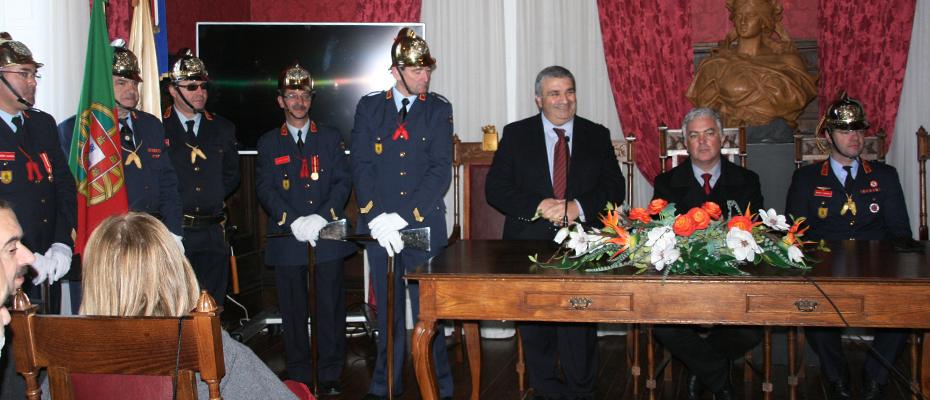 Receção aos Bombeiros da Cruz Verde no interior da Câmara Municipal de Vila Real.