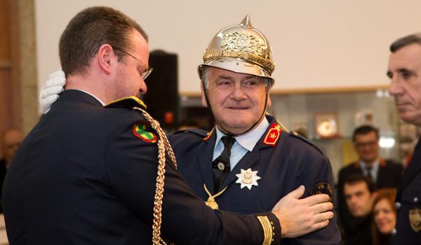 Chefe Carlos Santos com o Crachá de Ouro da Liga dos Bombeiros Portugueses