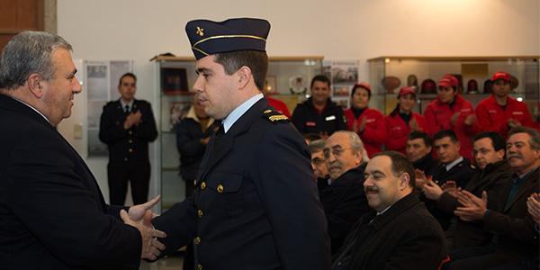 Presidente da Direção cumprimentando o 2º Comandante Ricardo Costa